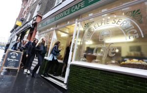 lyle's golden syrup selfie service cafe